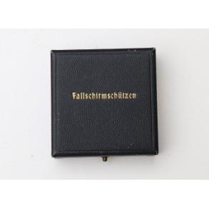 Luftwaffe paratrooper badge, case of issue for Deumer