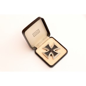 "Iron cross 1st class by Boerger & Co., screwback ""L/57"" + box"