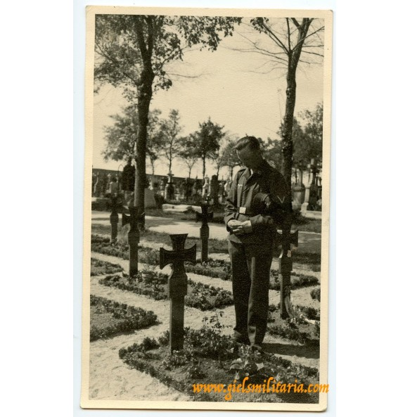 Private snapshot grieving Luftwaffe soldier