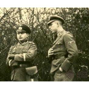Photo Der Spiess and SS Der führer officer talking