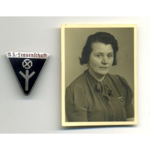 National socialist women NSF pin by W. Deumer + photo
