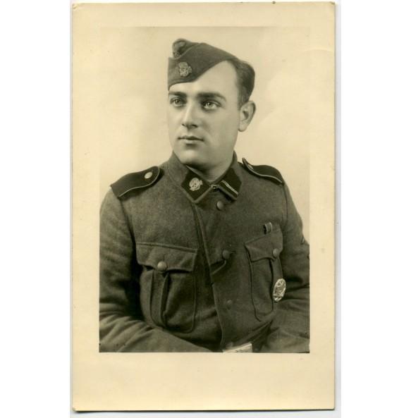 "Portrait photo SS-Sturmman ""Totenkopf"" with general assault badge"