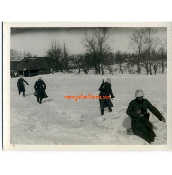 Private snapshot winter MG team (3)