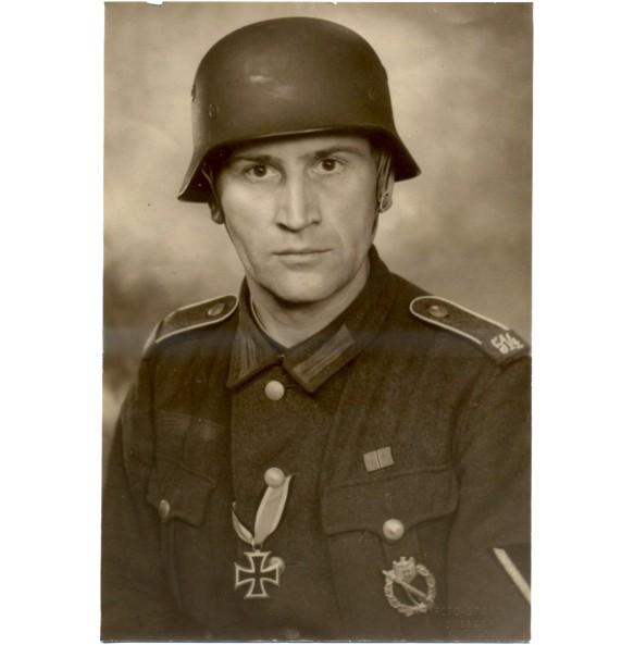 Large 25 x 16 cm portrait photo of decorated combat soldier IR514